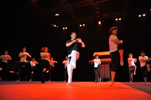 Tous les deux ans, Christophe crée l'évènement à Fontenay, assurant par la même occasion la promotion de pratiques comme ici le body karaté.