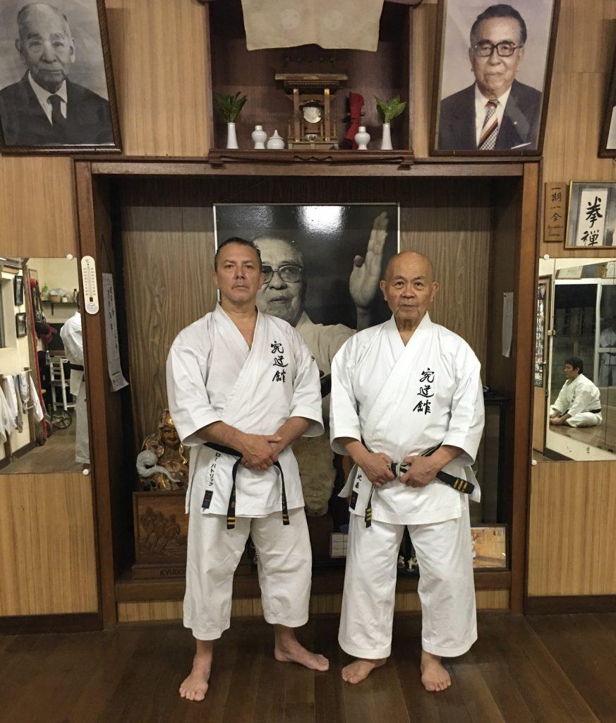 P. Rault et son sensei Minoru Higa, dans le dojo privé de ce dernier, emplit de symboles relatant son histoire.