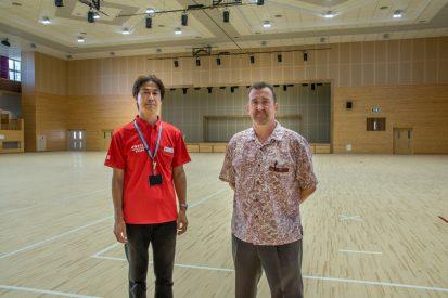 Hiroshi Arakawa (gauche) et Miguel Da Luz (droite) dans le dojo principal de l'Okinawa Karaté Kaikan