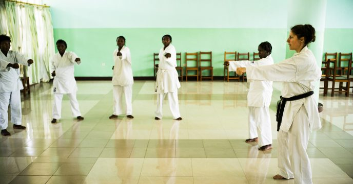 BUKAVU, REPUBLIQUE DEMOCRATIQUE DU CONGO. AVRIL 2016. Laurence Fischer, triple championne du monde de karate et ambassadrice des ecoles de l espoir, donne un cours  de karate a la fondation Panzi. La fondation Panzi prend en charge des femmes victimes de viol et developpe un programme de rehabilitation par le sport.